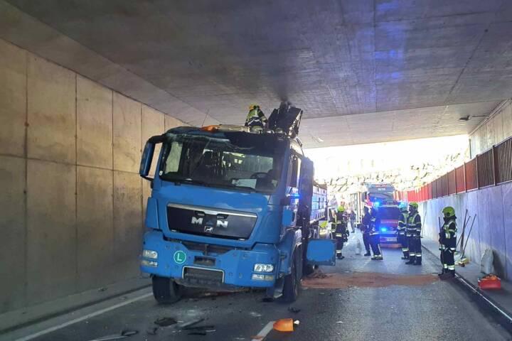 LKW steckt in Eisenbahnunterführung