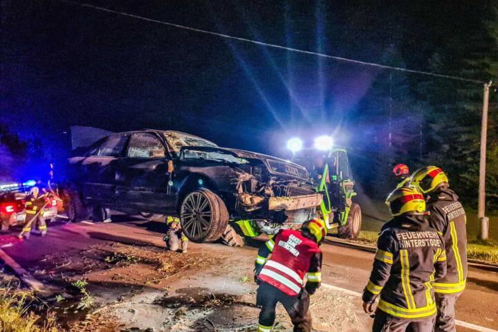Aufräumarbeiten nach abendlichem Verkehrsunfall